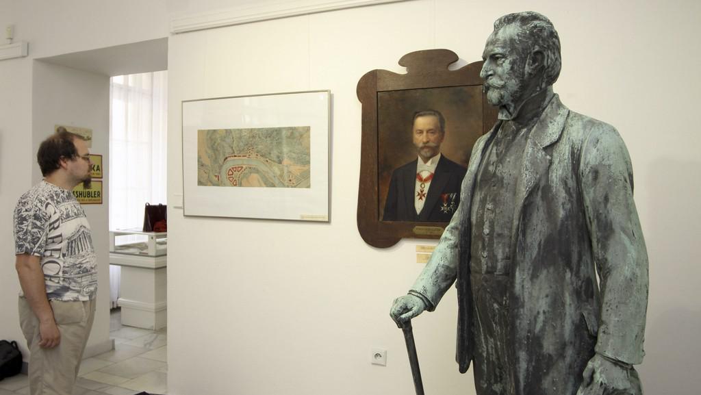 Socha Heinricha Mattoniho z roku 1914 a jeho portrét