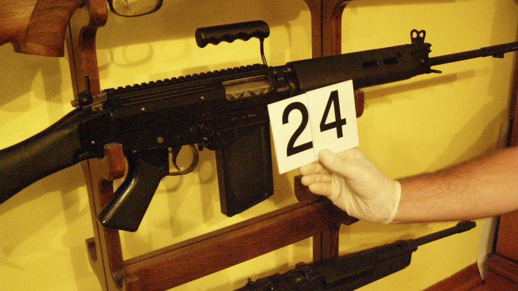 Policie našla u zadržených automatické zbraně