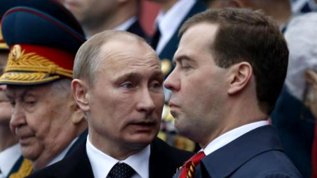 Putin a Medvěděv při oslavách výročí konce války