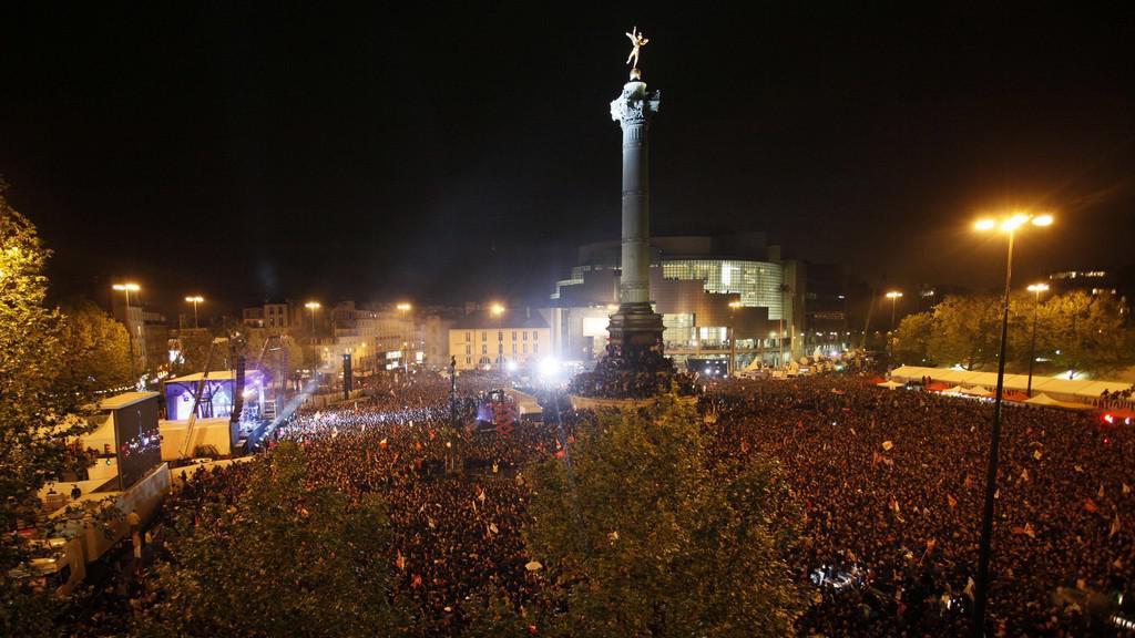 Hollandovi příznivci zaplnili pařížské náměstí Bastilly