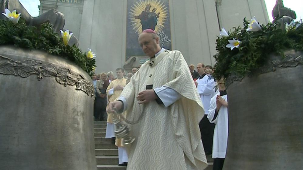 Zvonům požehnal arcibiskup Jan Graubner