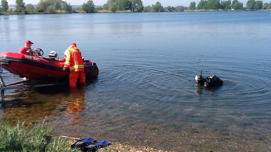 Potápěčům asistovali i vodní záchranáři