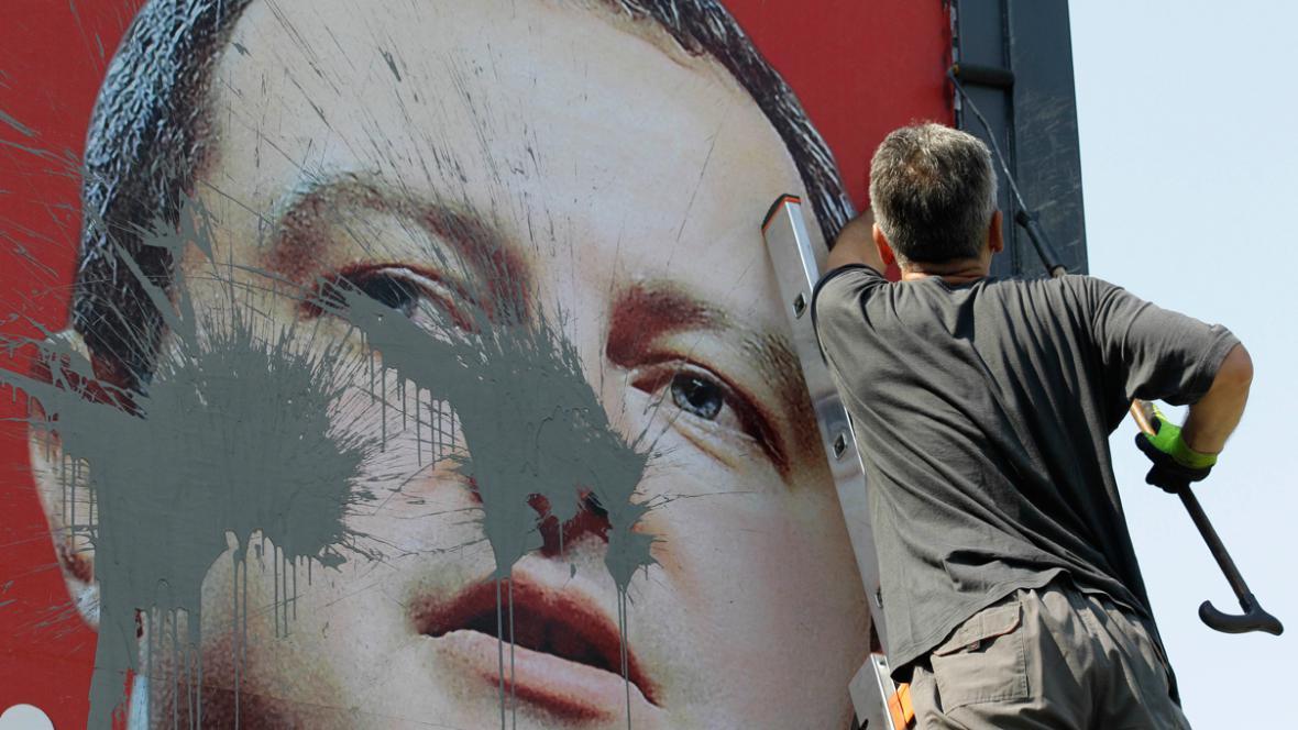 Pošpiněný billboard s Ivicou Dačičem