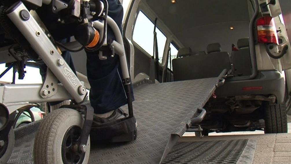 Mikrobus Ligy má speciální rampu, díky které se vozíčkáři dovnitř snadno dostanou