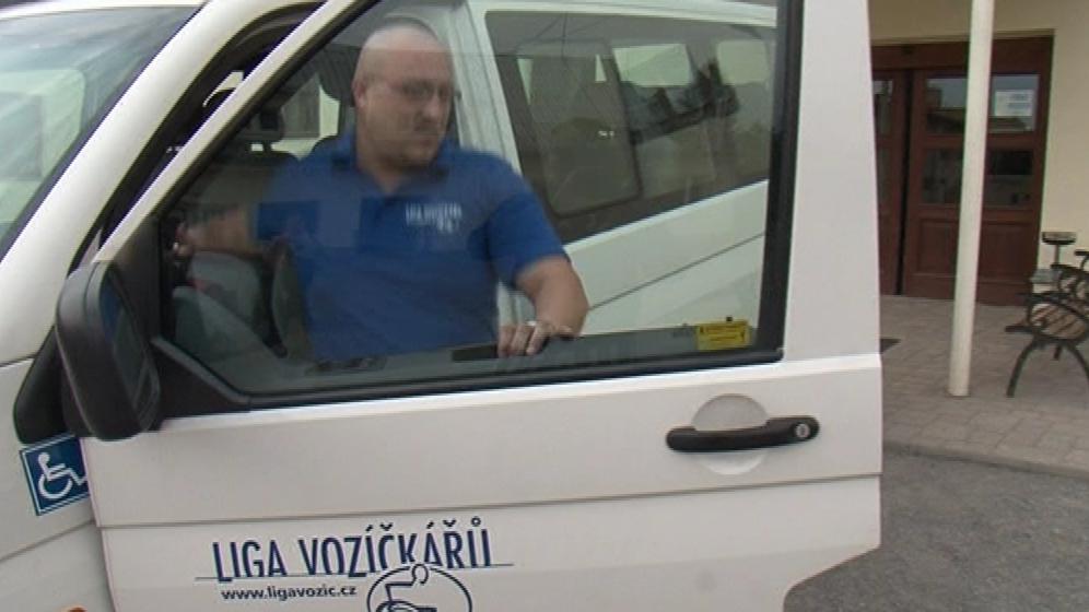 Mikrobus Ligy vozíčkářů denně převeze až pět handicapovaných