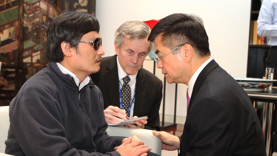 Čchen Kuang-čcheng s americkým velvyslancem v Číně