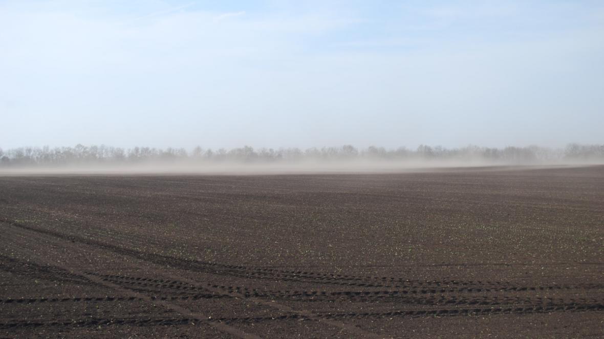 Větrná eroze na poli u Hrušovan nad Jevišovkou