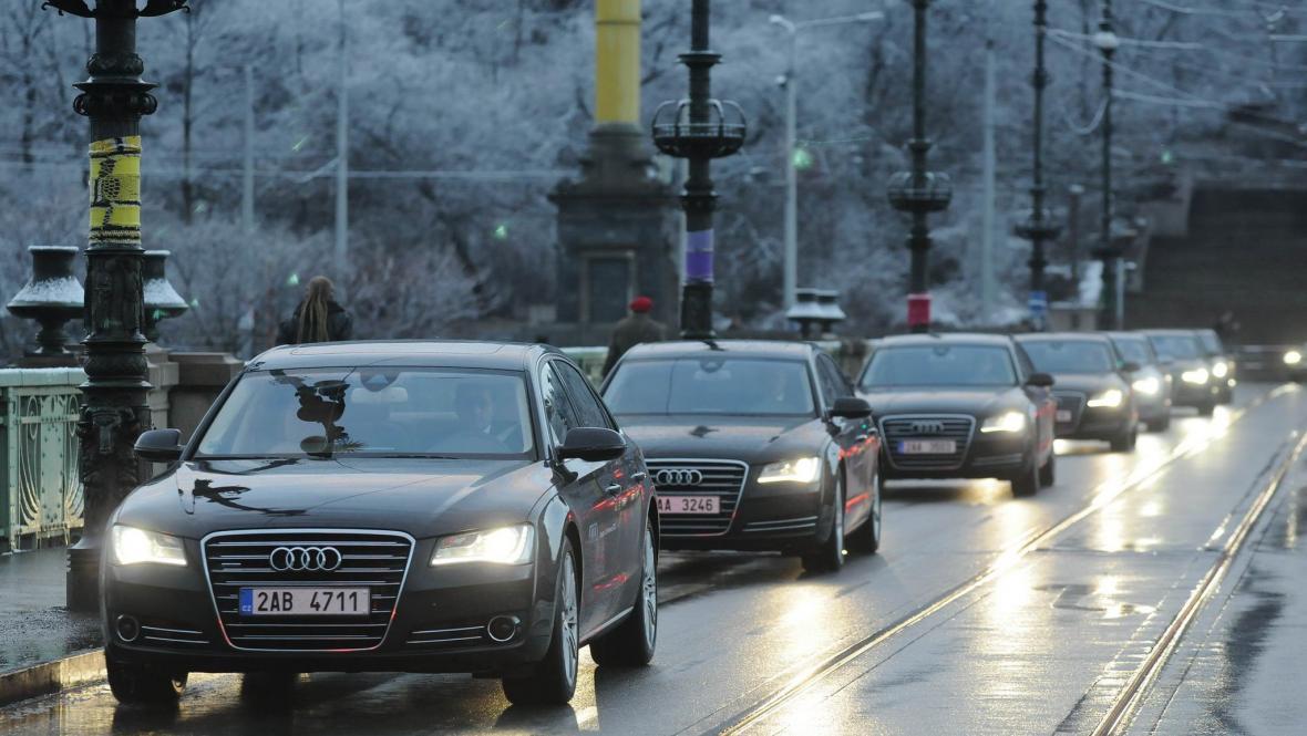 Kolona vozů značky Audi