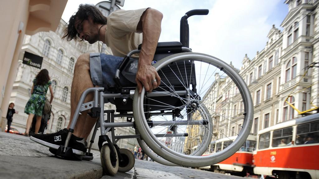 Lidé si mohli vyzkoušet překonávání překážek v dopravě na vozíčku