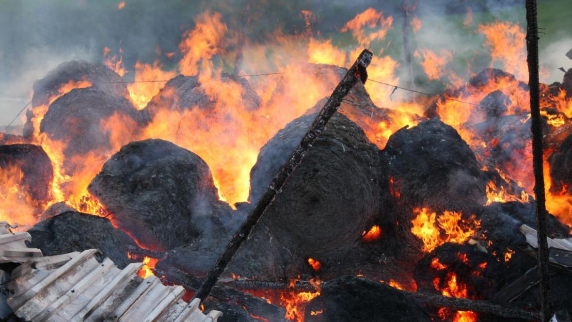 Z hořících balíků šlehaly mohutné plameny