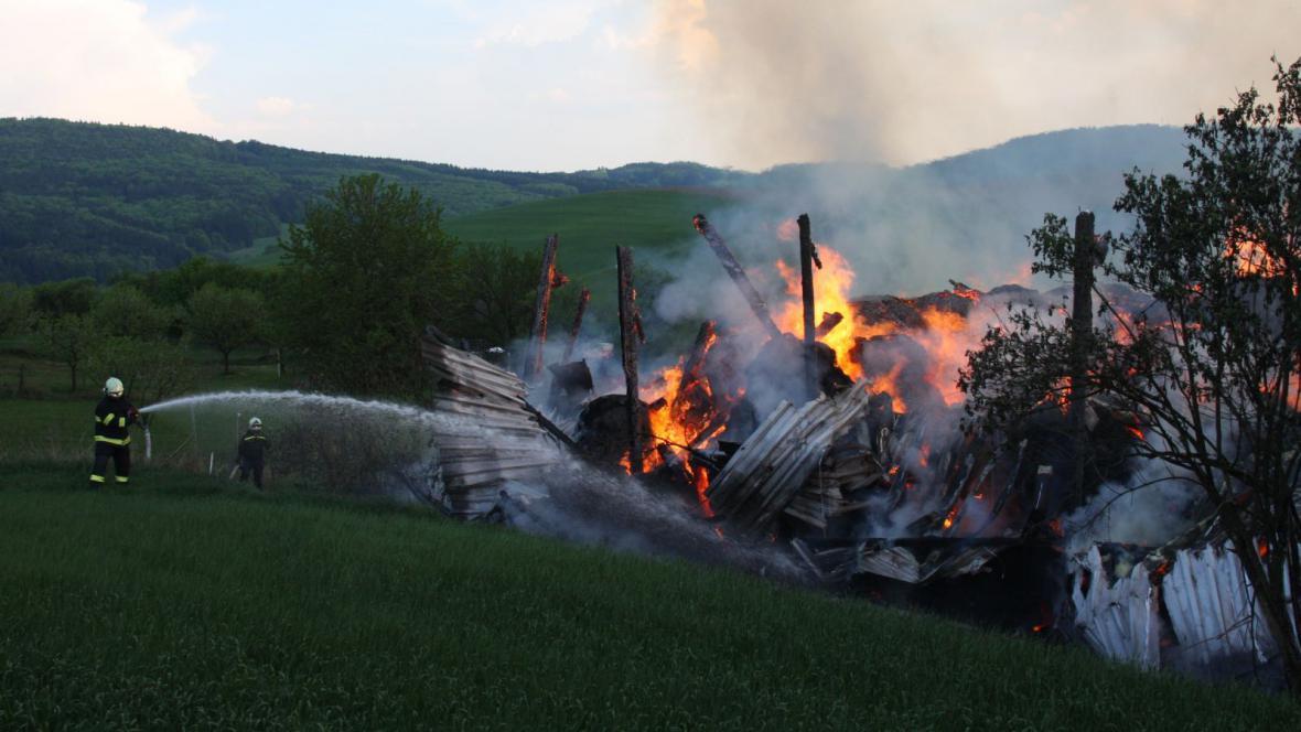 Požár haly na slámu v Horní Lhotě