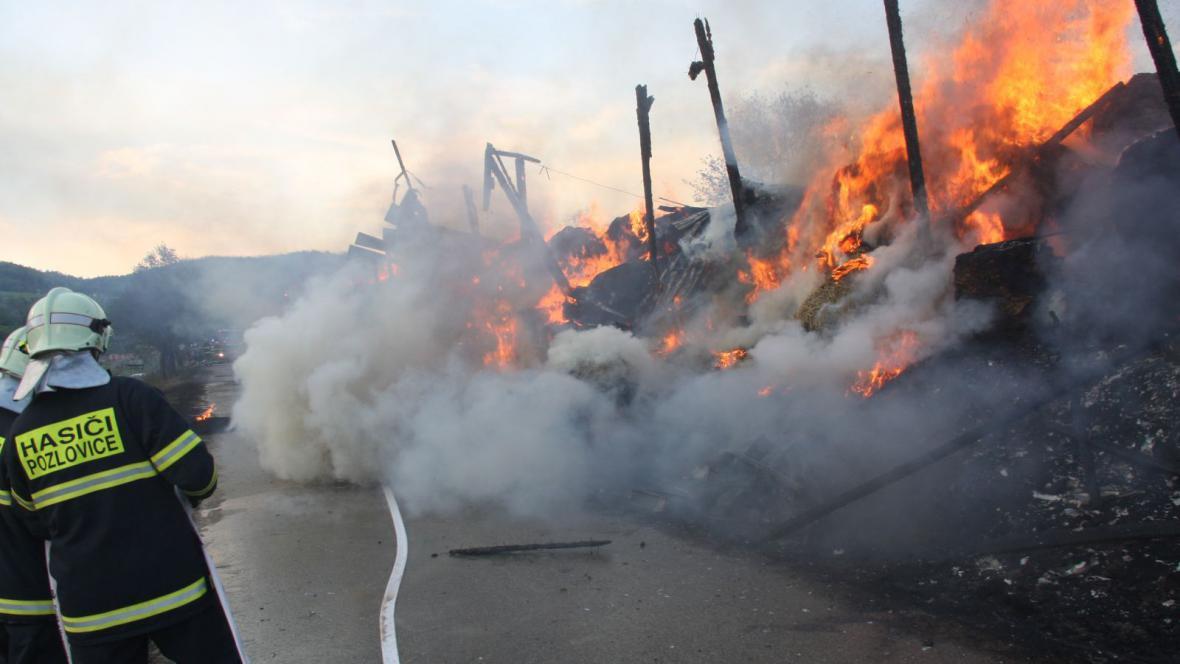Stovky balíků slámy budou pod dohledem hasičů dohořívat několik dní