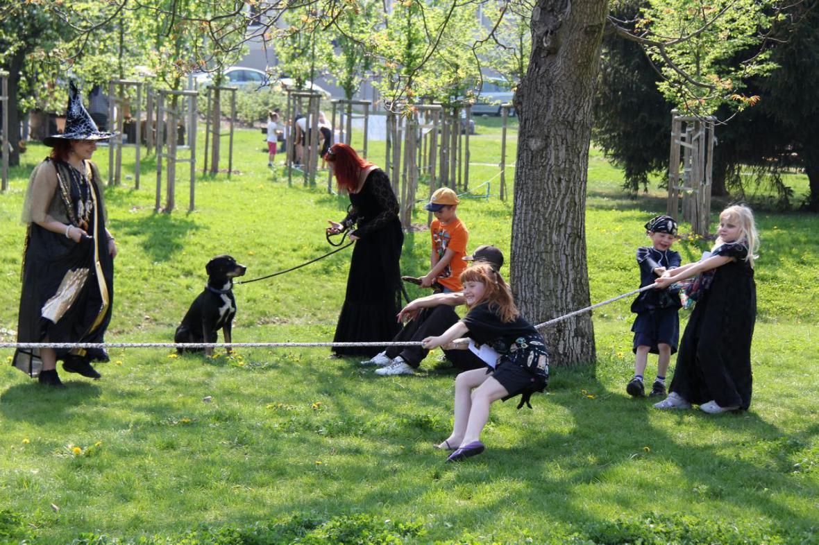 Z čarodějnic ve Kbelích - přetahování s černokněžníkem