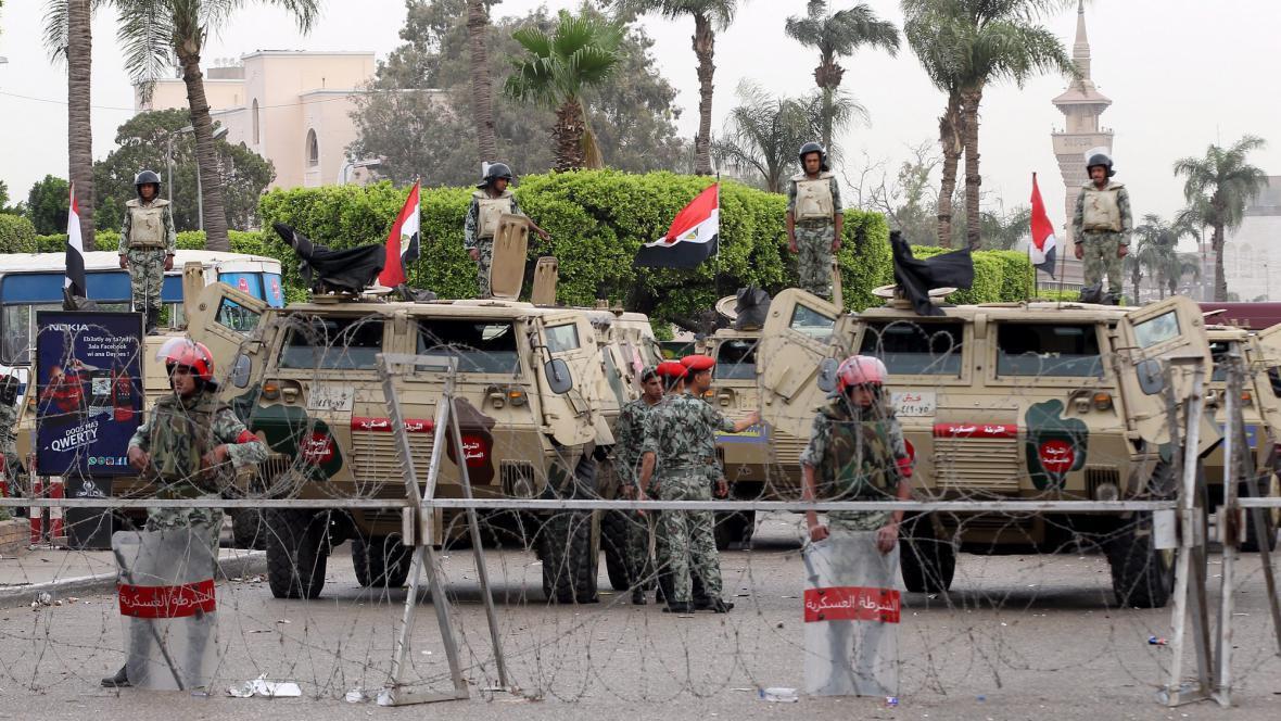 Vojáci před ministerstvem obrany v Káhiře