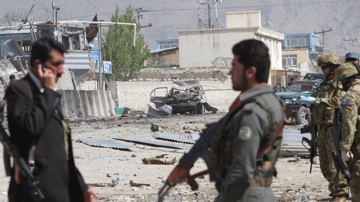Následky sebevražedného útoku v Kábulu