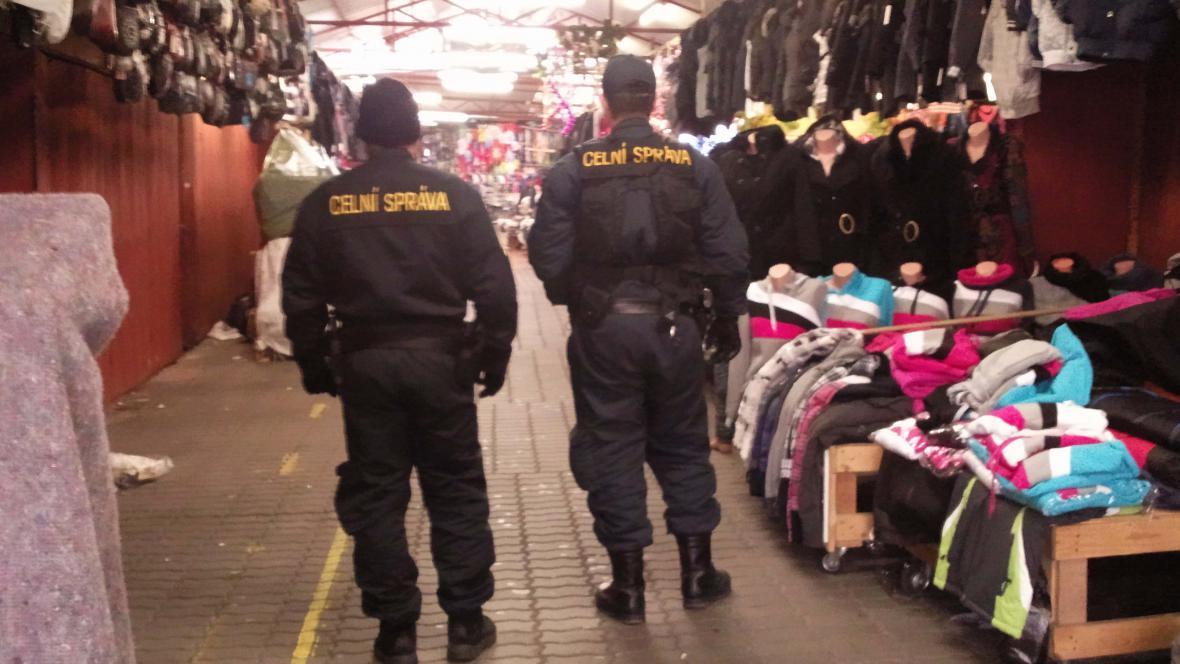 Celníci procházejí tržnicí v Hatích