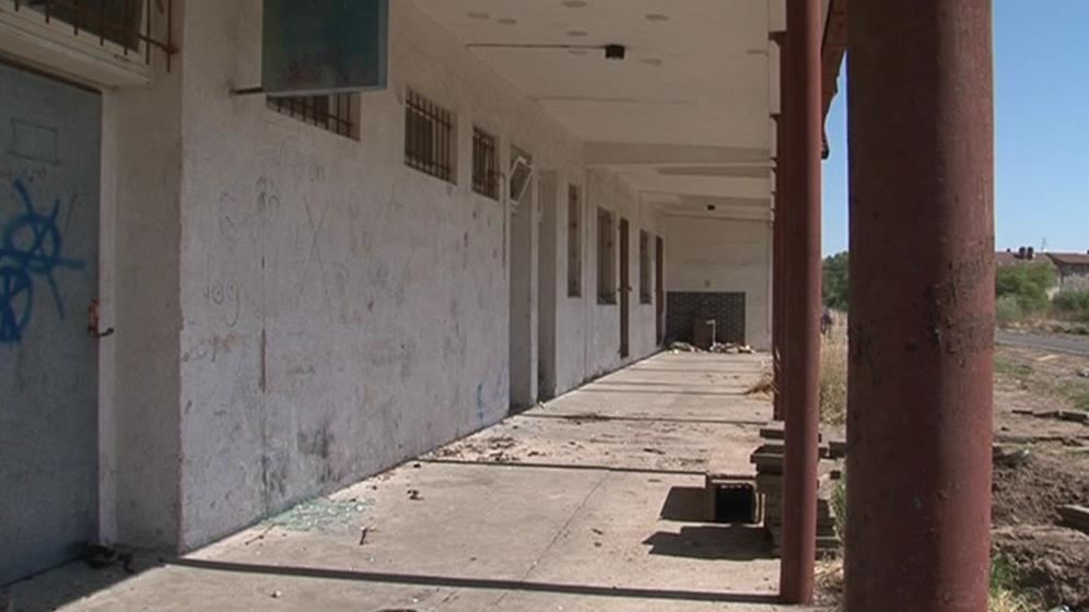 Nevyužívané nádražní budovy jsou poničené