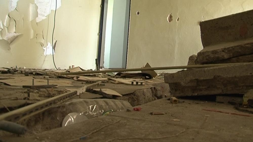 Bývalé nádražní budovy jsou plné nepořádku
