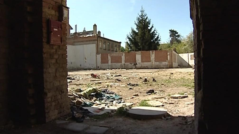 Areál po demolici v Mostecké ulici