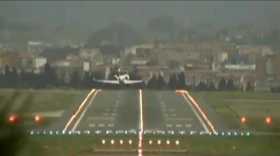 Přistání letadla v Bilbau