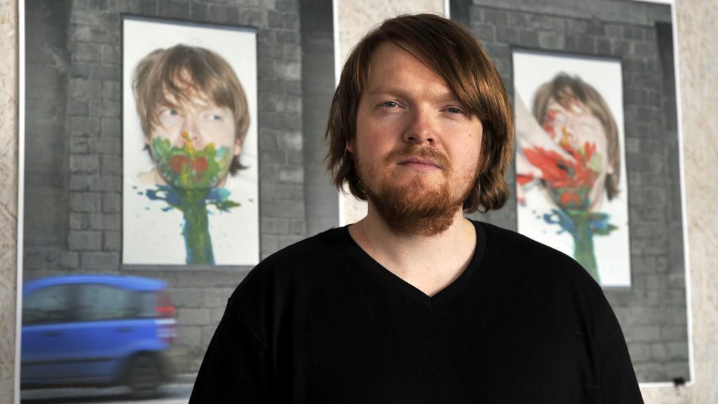 Ladislav Vondrák před fotografií projektu Pachuť