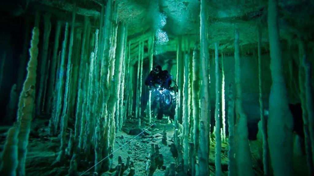 Podmořská jeskyně na Bahamách