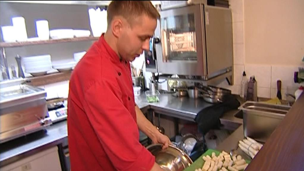 Kuchař při zpracování chřestu