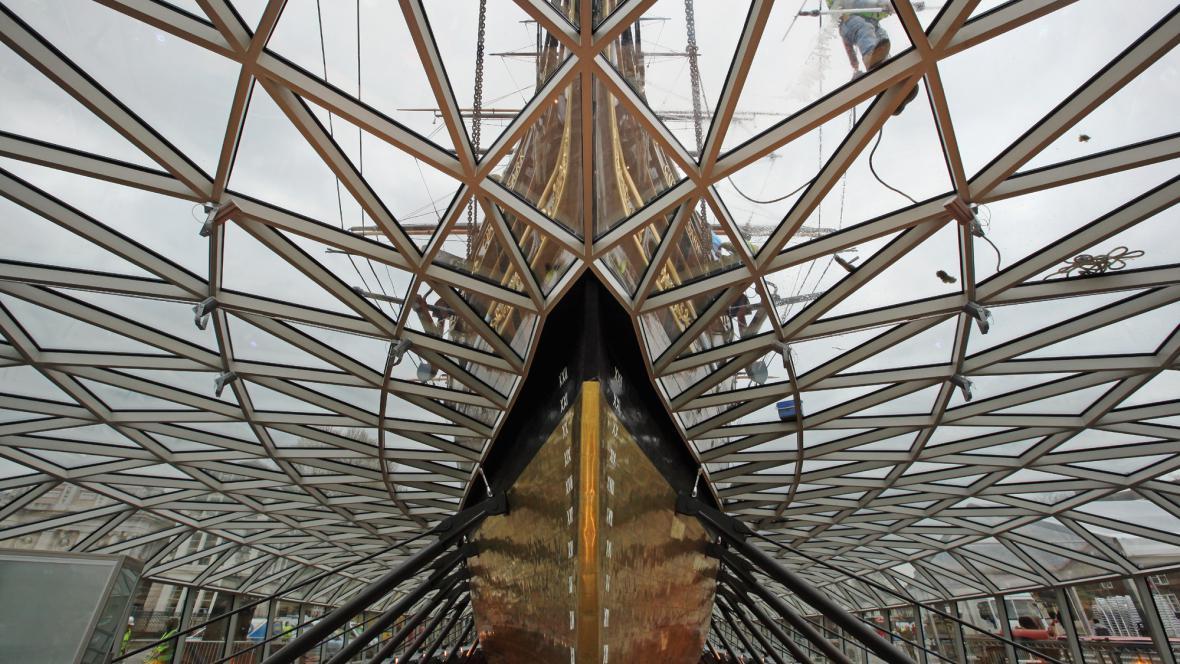 Cutty Sark drží ve vzduchu skleněný plášť