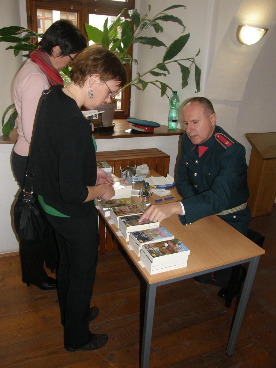 Fotografie z autogramiády M. Dlouhého