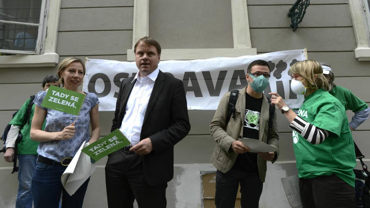 Zelení protestují před sněmovnou