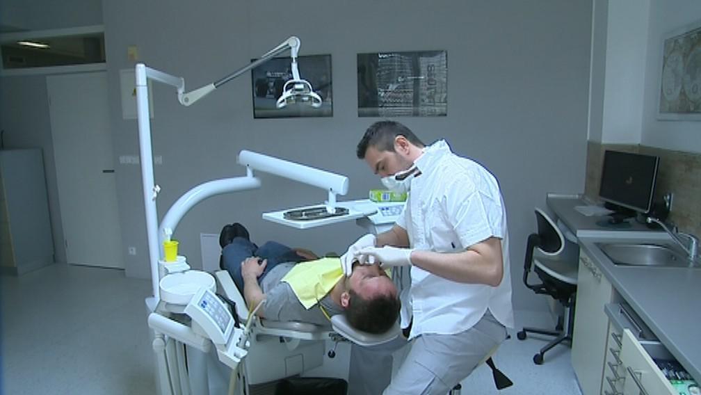 Zubař Václav Přikryl při práci