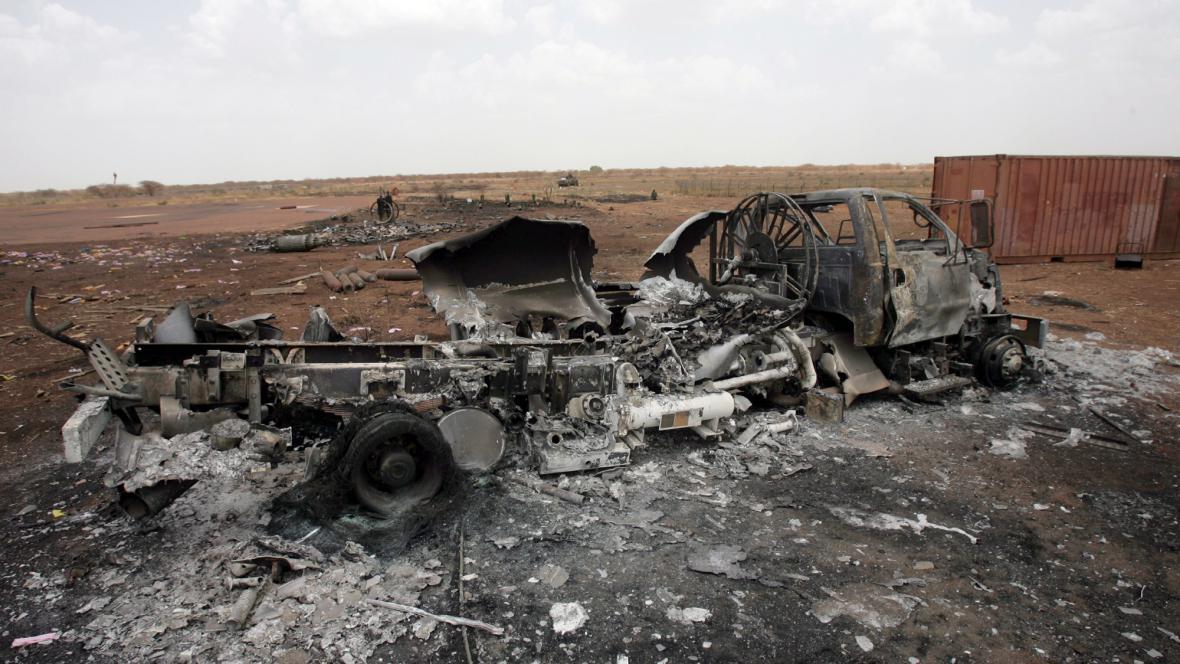 Spálené auto po útocích v oblasti Heglig
