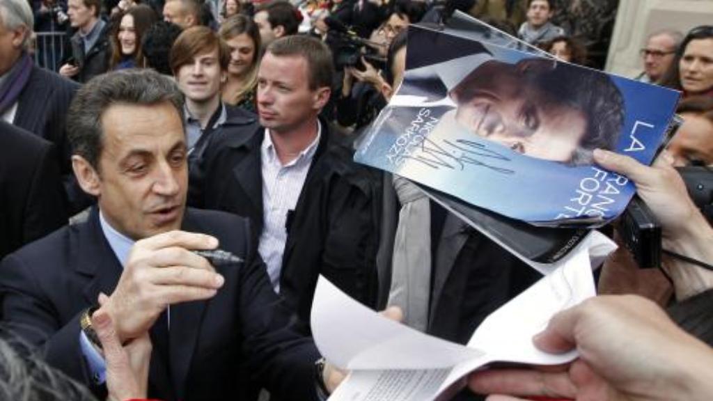 Sarkozy rozdává autogramy