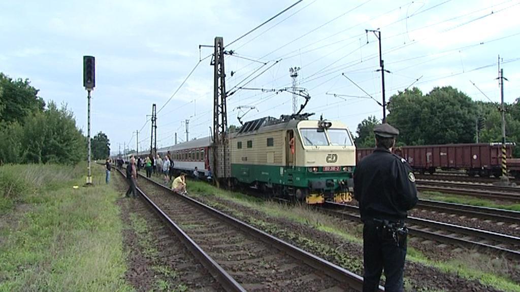 Pod kola vlaku spadl na Olomoucku člověk