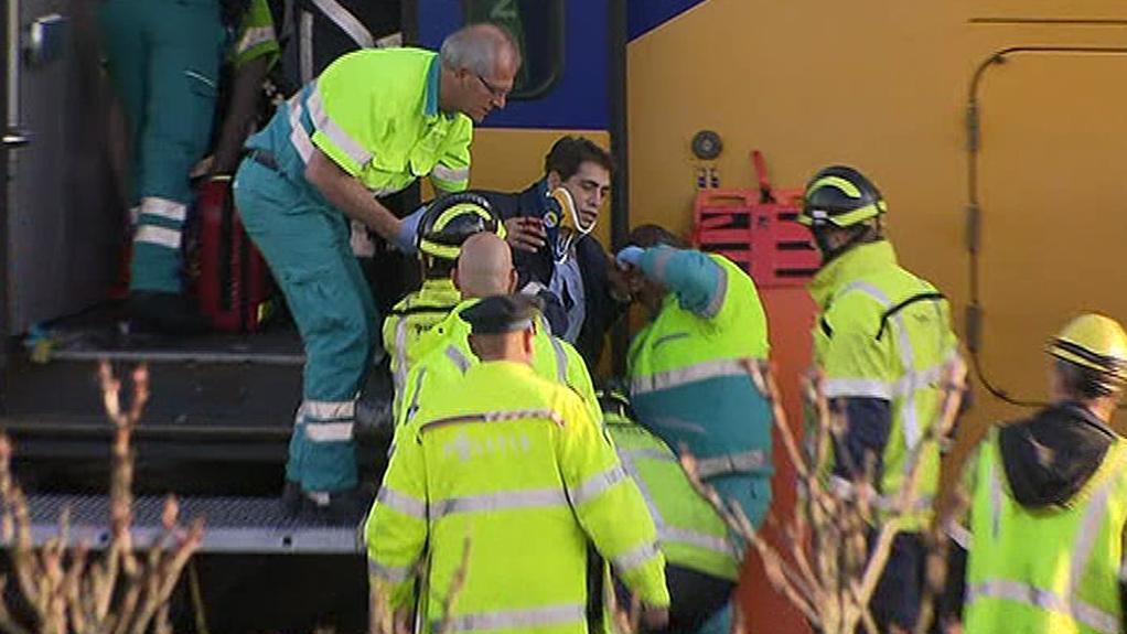 Záchranáři vynášejí zraněné