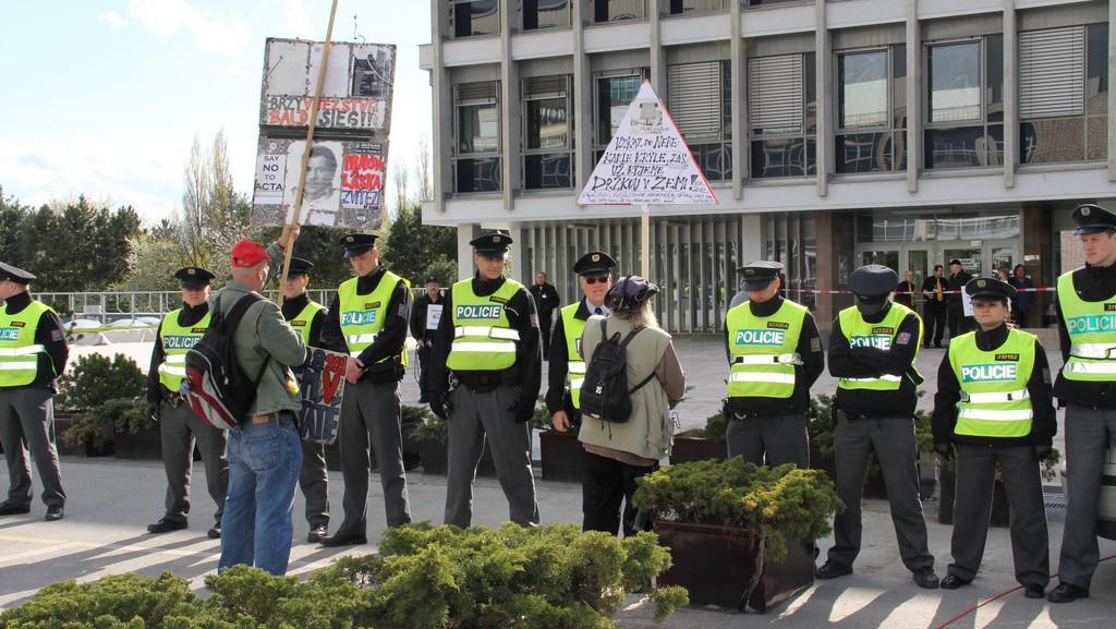 Policisté před ČT