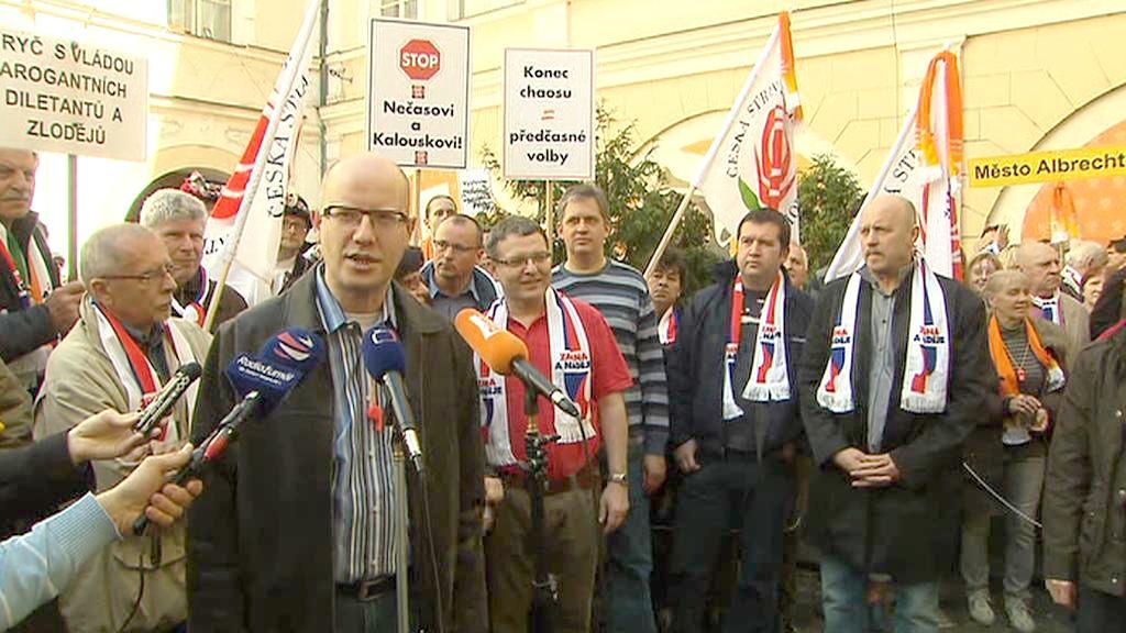 Bohuslav Sobotka v kruhu svých spolustraníků