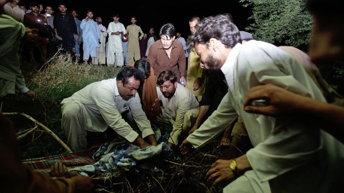 Záchranáři na místě zřícení pákistánského letadla