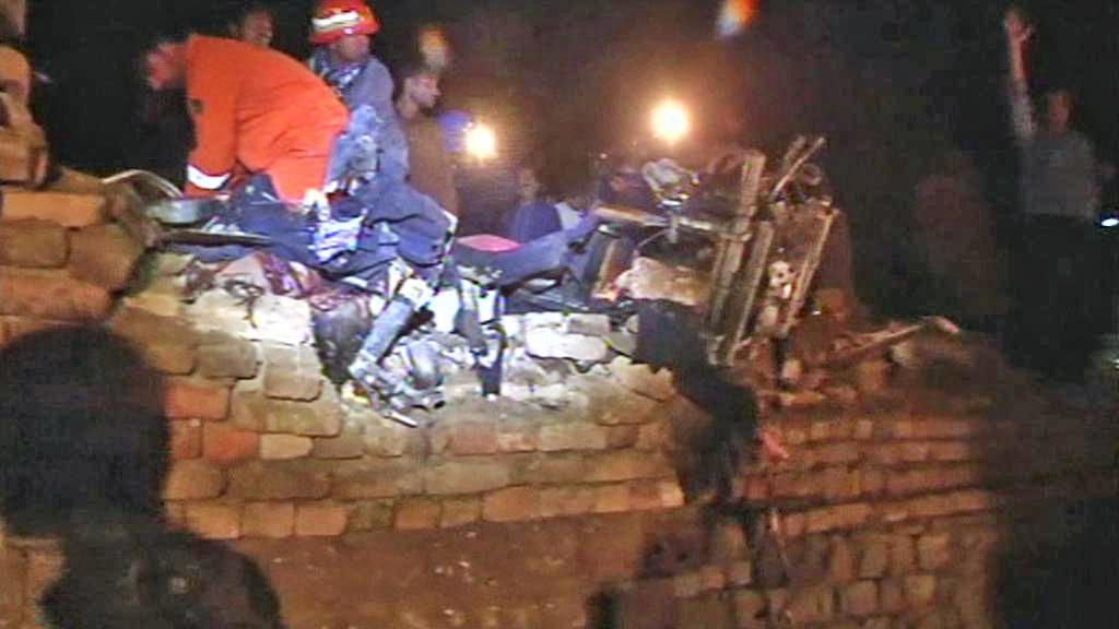 Trosky pákistánského letadla zasáhly také několik domů