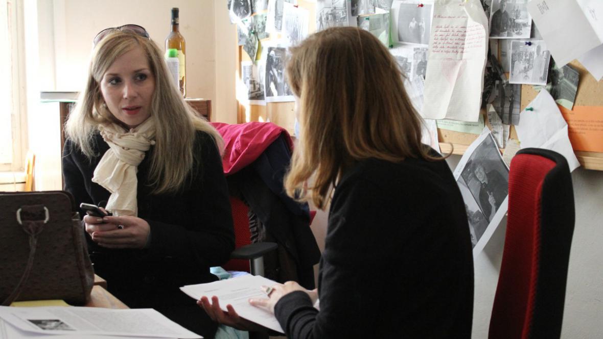 Erika Hníková diskutuje s redaktorkou