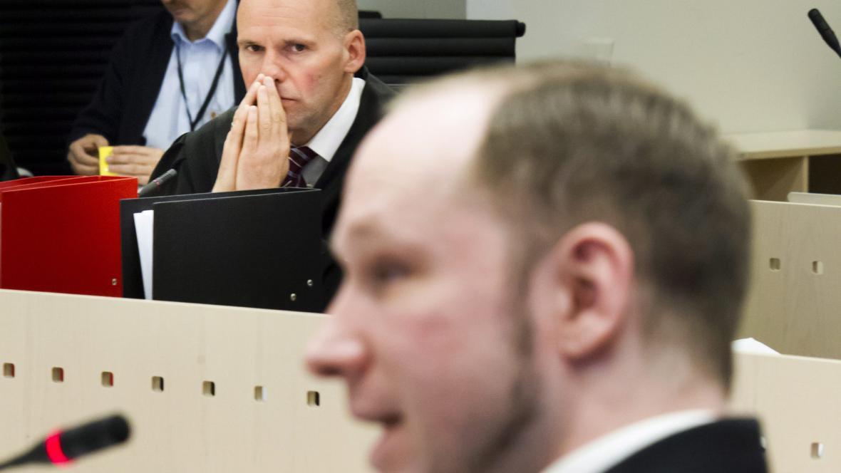 Obhájce Anderse Breivika (v popředí) Geir Lippestad