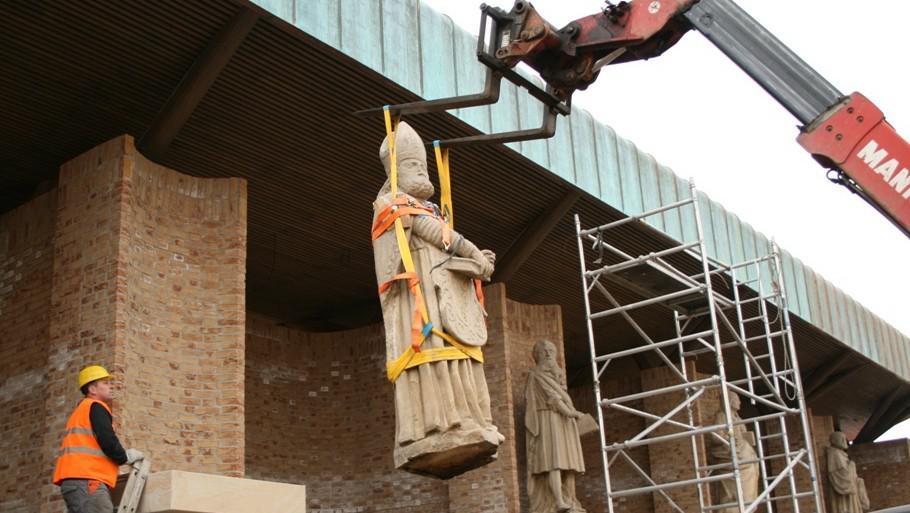 Sochy světců putují na ohradní zeď velehradské baziliky