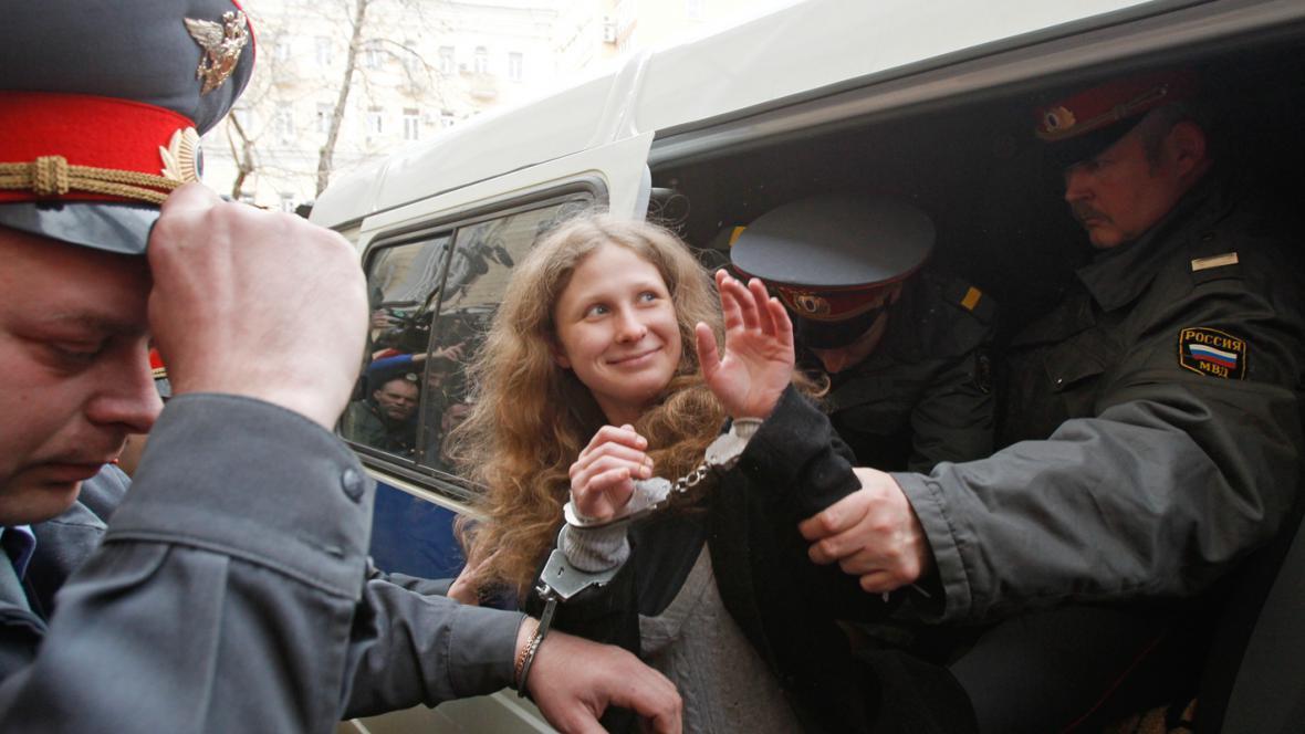 Členka Pussy Riot Marija Aljochinová na cestě k soudu