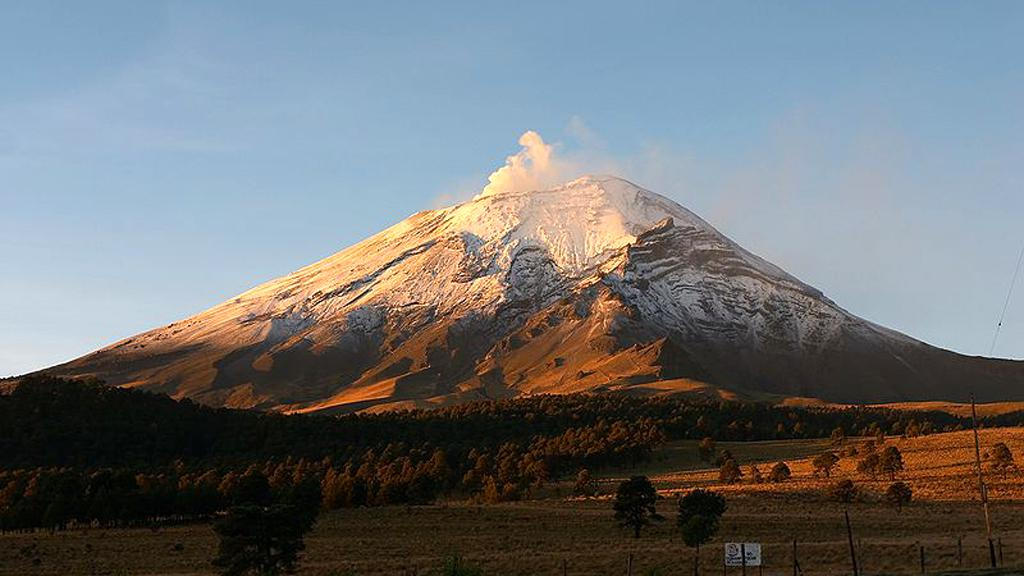 Popocatépetl ze sedla Paso de Cortéz