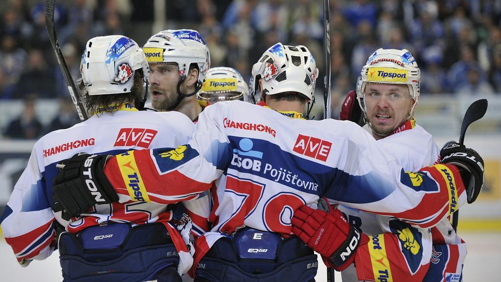 Hokejisté Pardubic se radují z gólu
