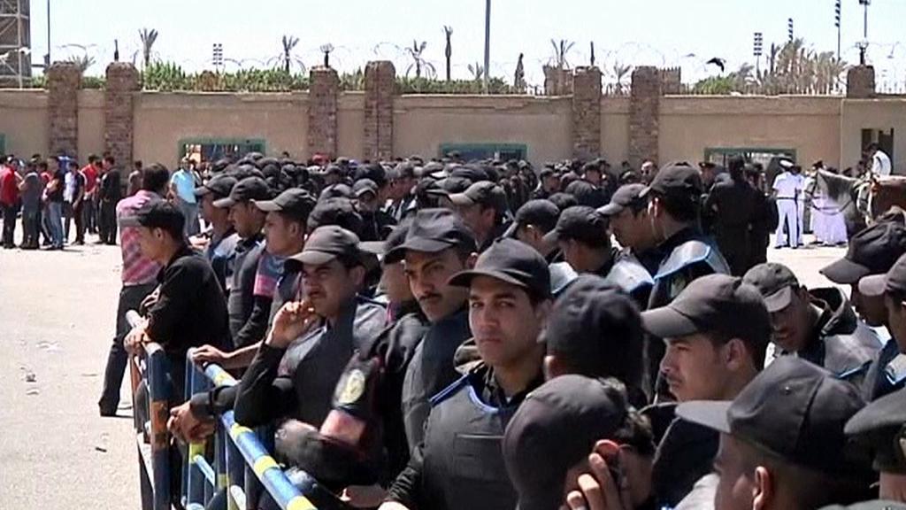 Lidé čekají v Egyptě na soud