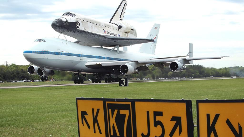 Raketoplán Discovery přilétá do Washingtonu