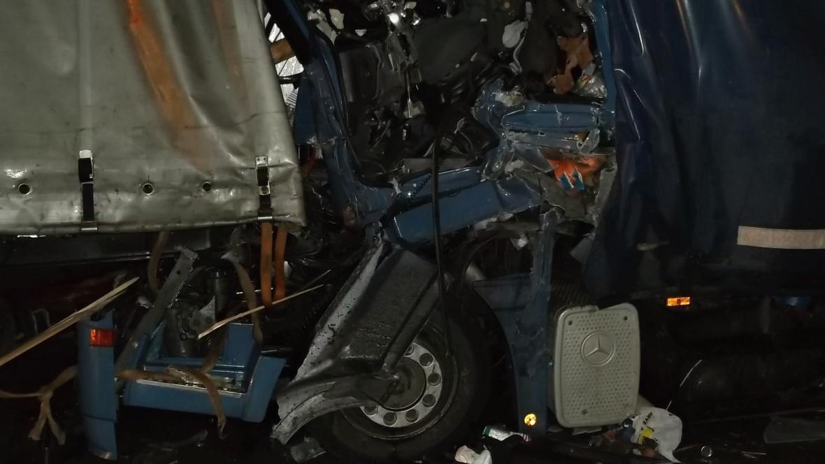 Řidiče museli ze zdemolované kabiny vystříhat