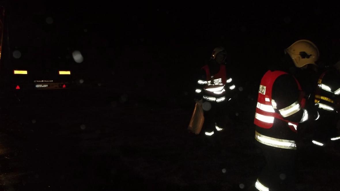Hasiči zasahovali v noci u nehody kamionu na D2