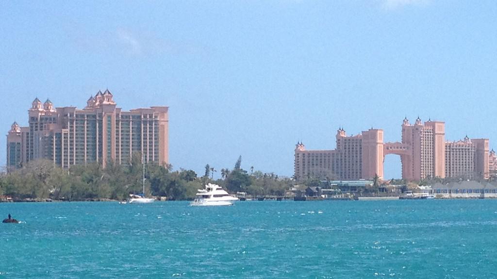 Kasino a hotel tvoří moderní dominanty Nassau